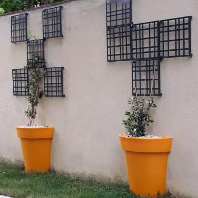 amenagement-pot-de-fleurs-plastique-extravase-demi-Les-Serruriers-du-Paysage