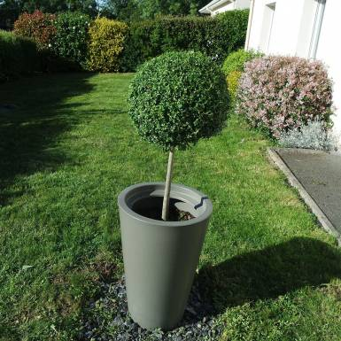amenagement-prive-pot-de-fleurs-plastique-amphor-Les-Serruriers-du-Paysage