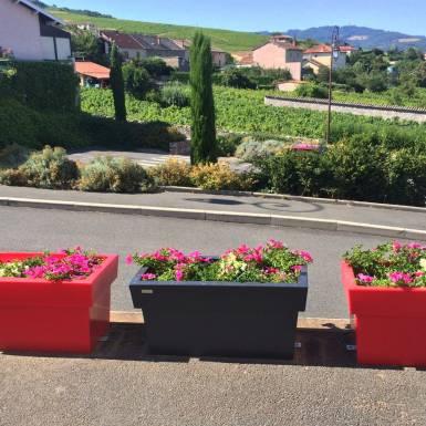 amenagement-prive-pot-de-fleurs-plastique-rectiligne-Les-Serruriers-du-Paysage