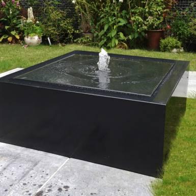 table-d-eau-fontaine-aluminium-peint-carre-Les-Serruriers-du-Paysage