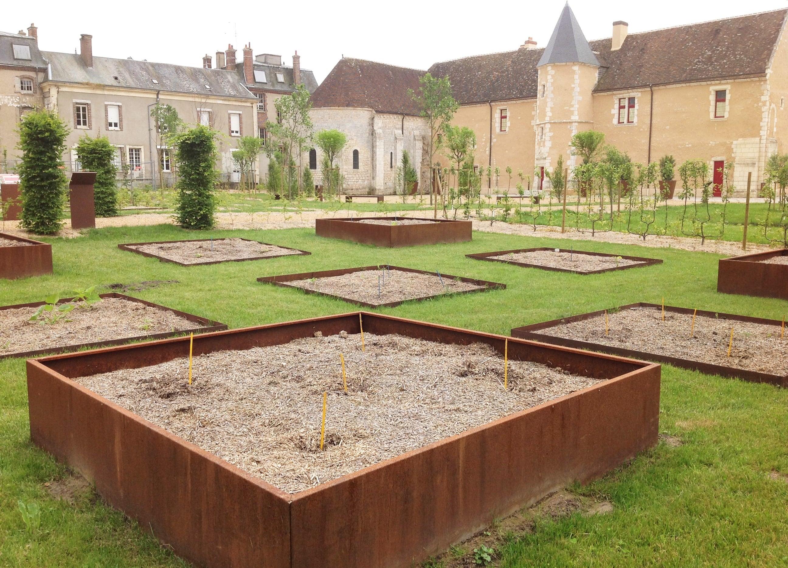 comment agencer des bacs dans un jardin