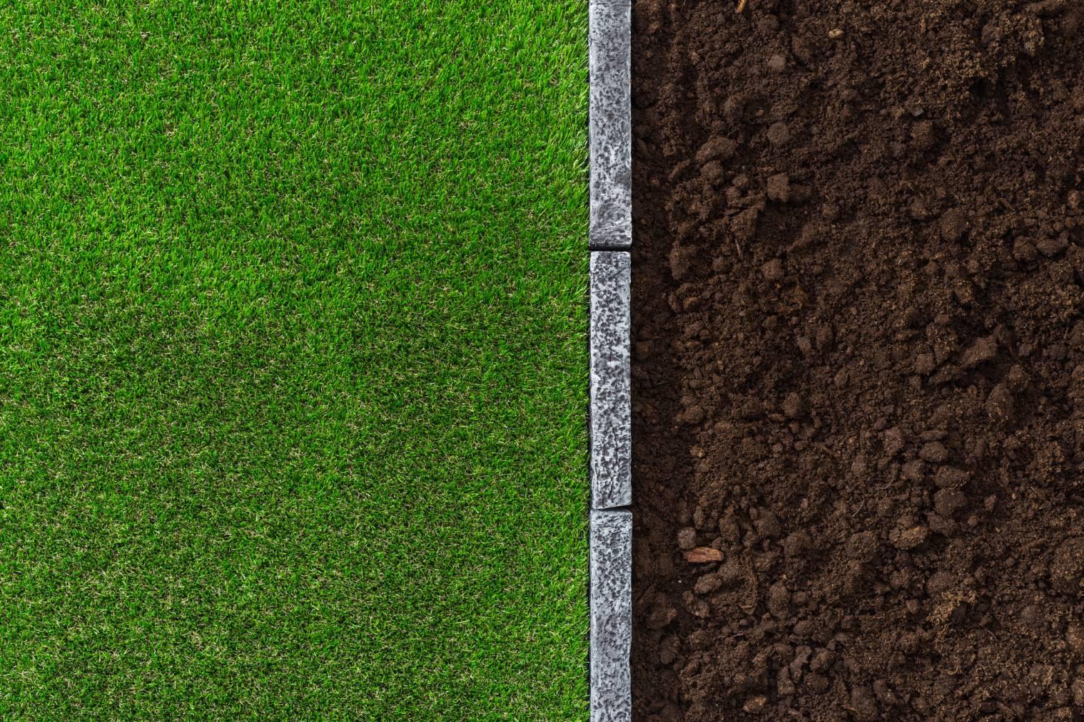 La bordure sépare les matières naturelles dans votre jardin