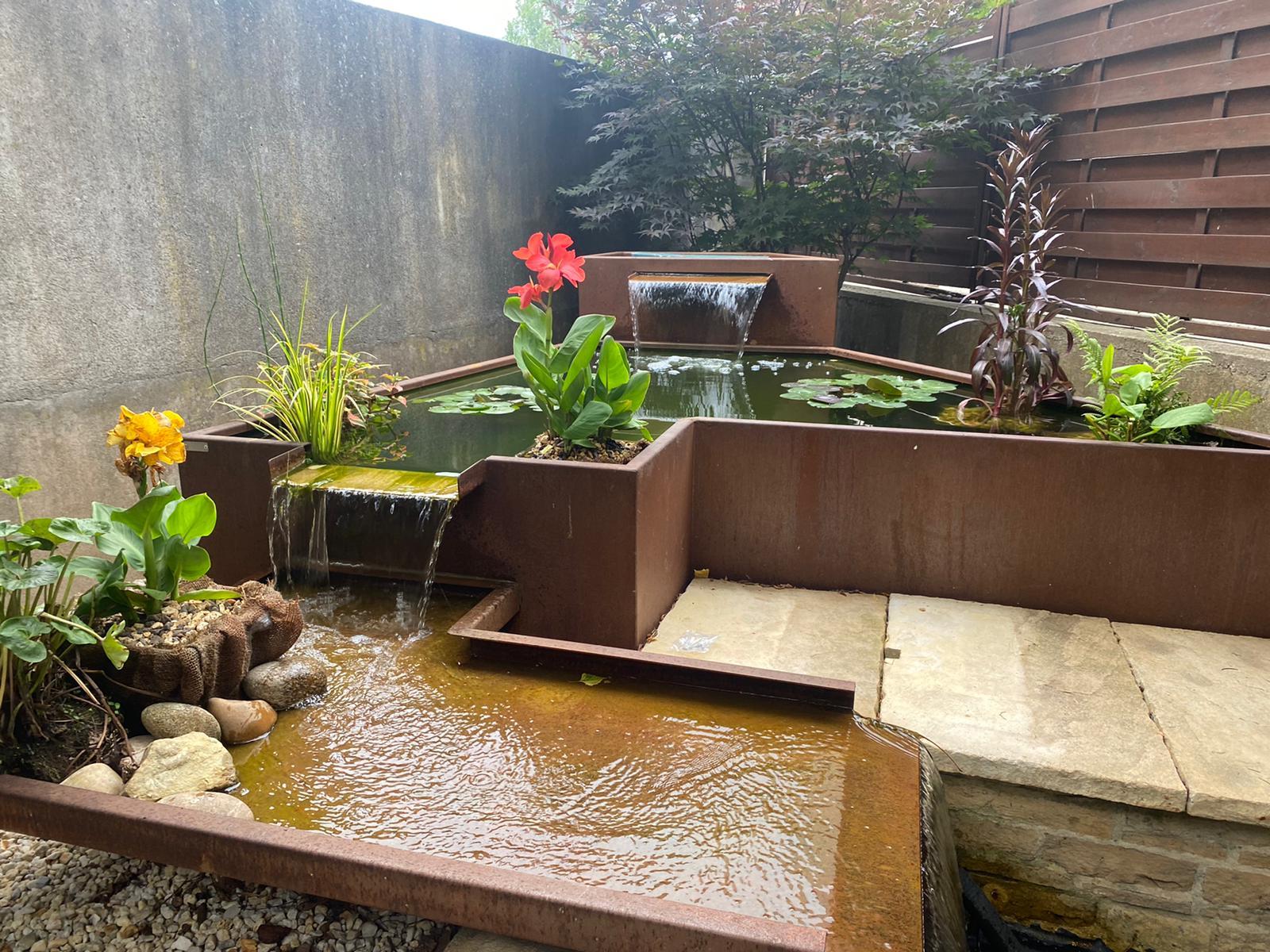 Aménagement paysager (projet Klopp) réalisé par Paysage Luxembourgeois avec superposition de fontaines en acier corten. Le métier de paysagiste est complet, il faut savoir travailler avec les différents espaces et savoir adapter son mobilier.