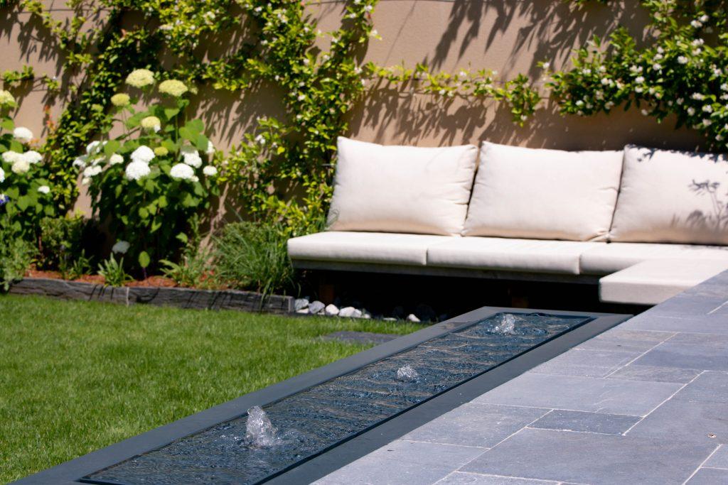 Aménagement paysager avec table d'eau par Roots Paysages